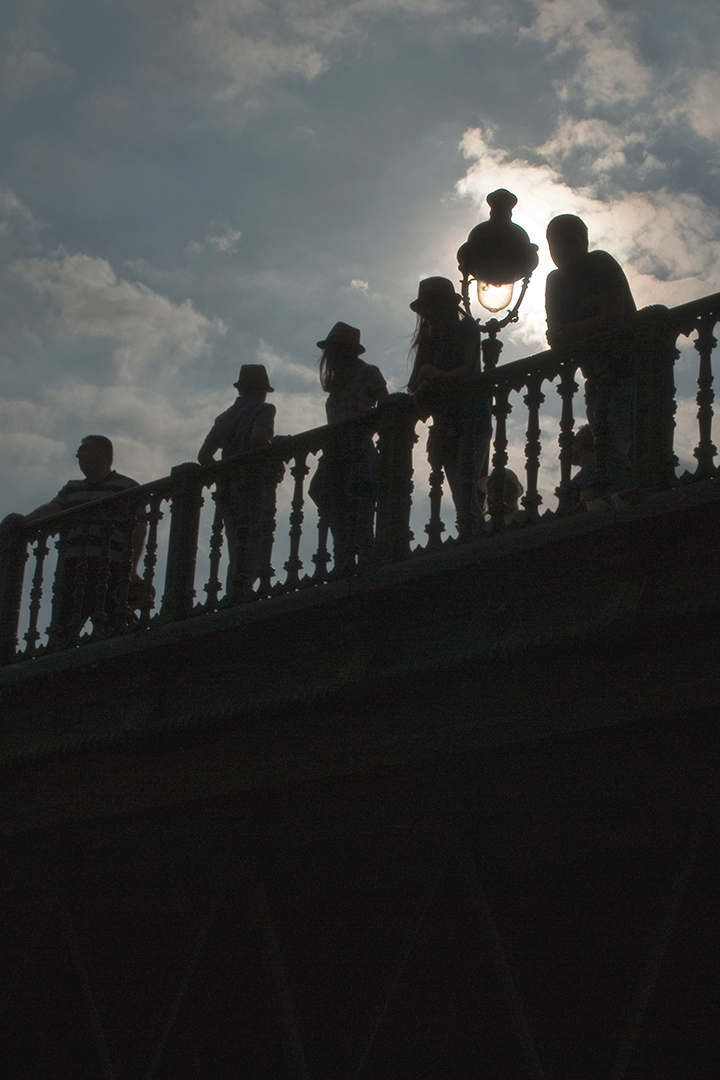 Effet de contre-jour et ombres chinoises avec chapeaux, le soleil éclaire le réverbère