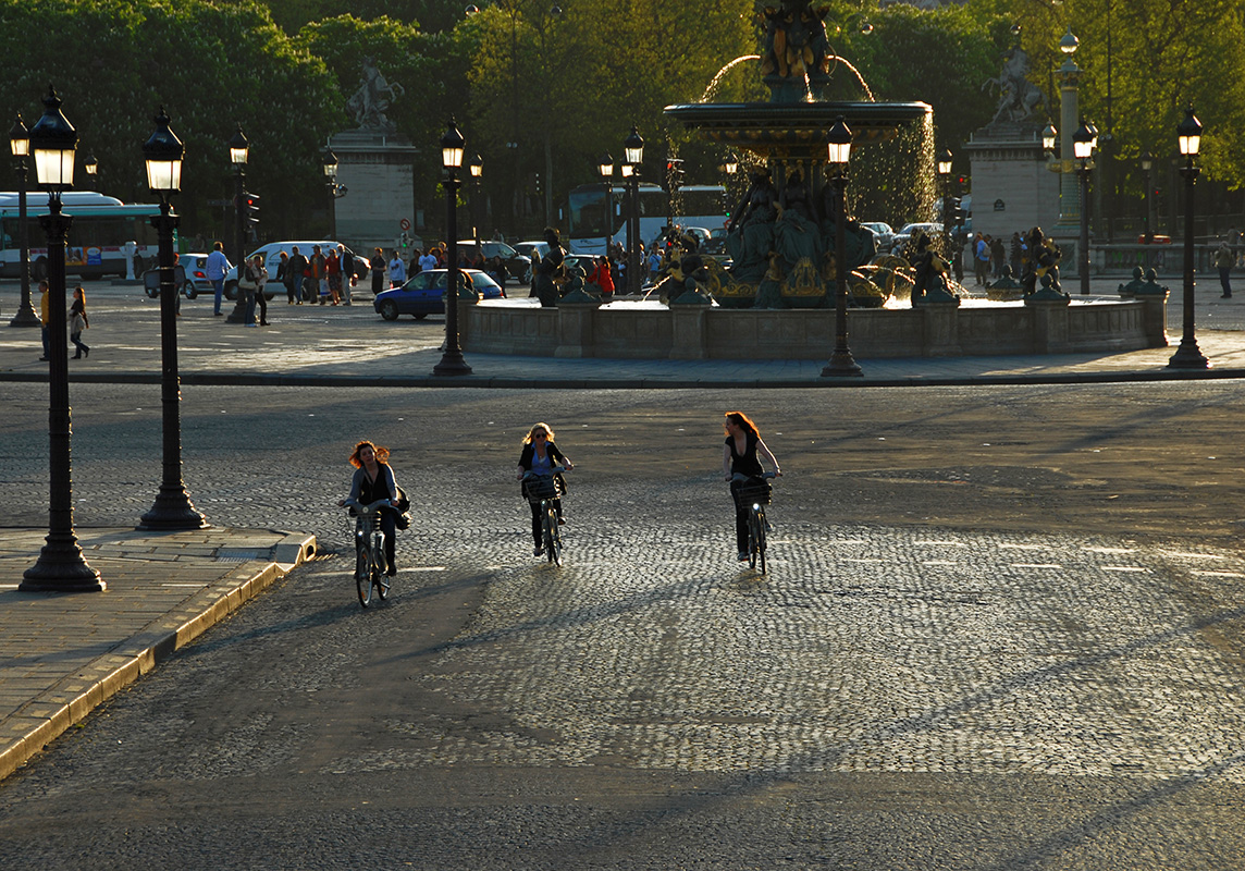 Numerous Streetlamps form the orchestra in the background and three cyclists are the solists.