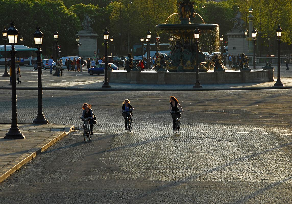 Des réverbères très nombreux forment la masse orchestrale et trois cyclistes sont les solistes