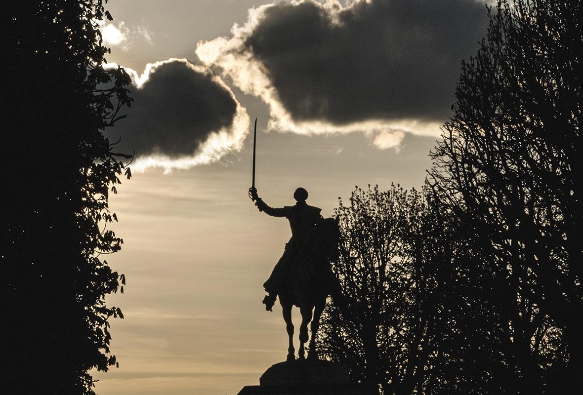 La statue équestre de La Fayette brandit son épée et pourfend les nuages au-dessus de sa tête.