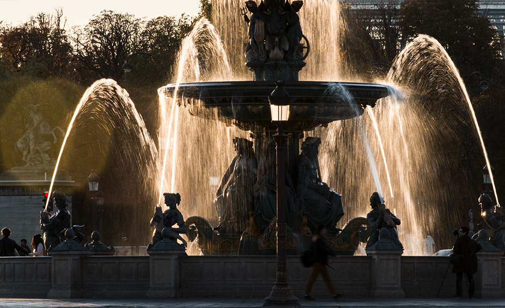 Sun lighting the springs of water, and light splashing the statues of the fountain, with sound effects