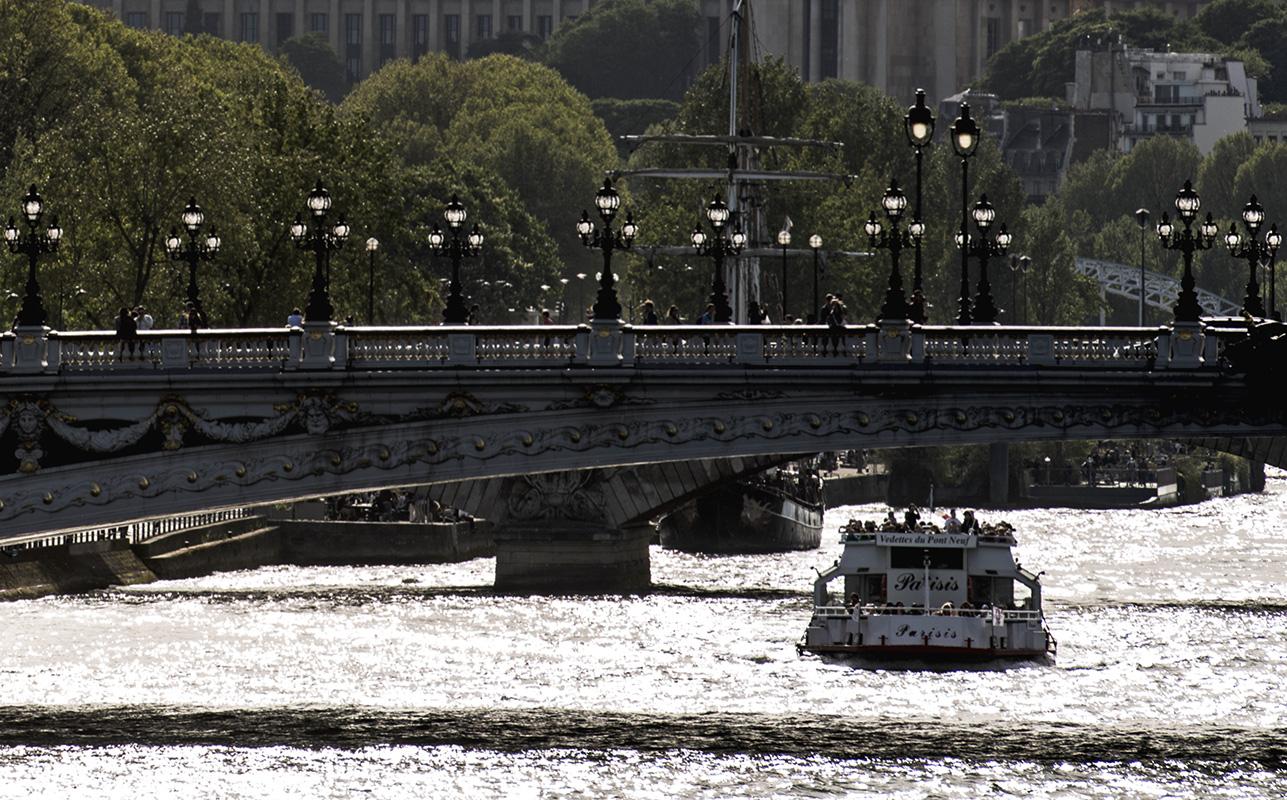 Les réverbères du pont sont éclairés par le soleil en plein jour : lumière blanche et crue