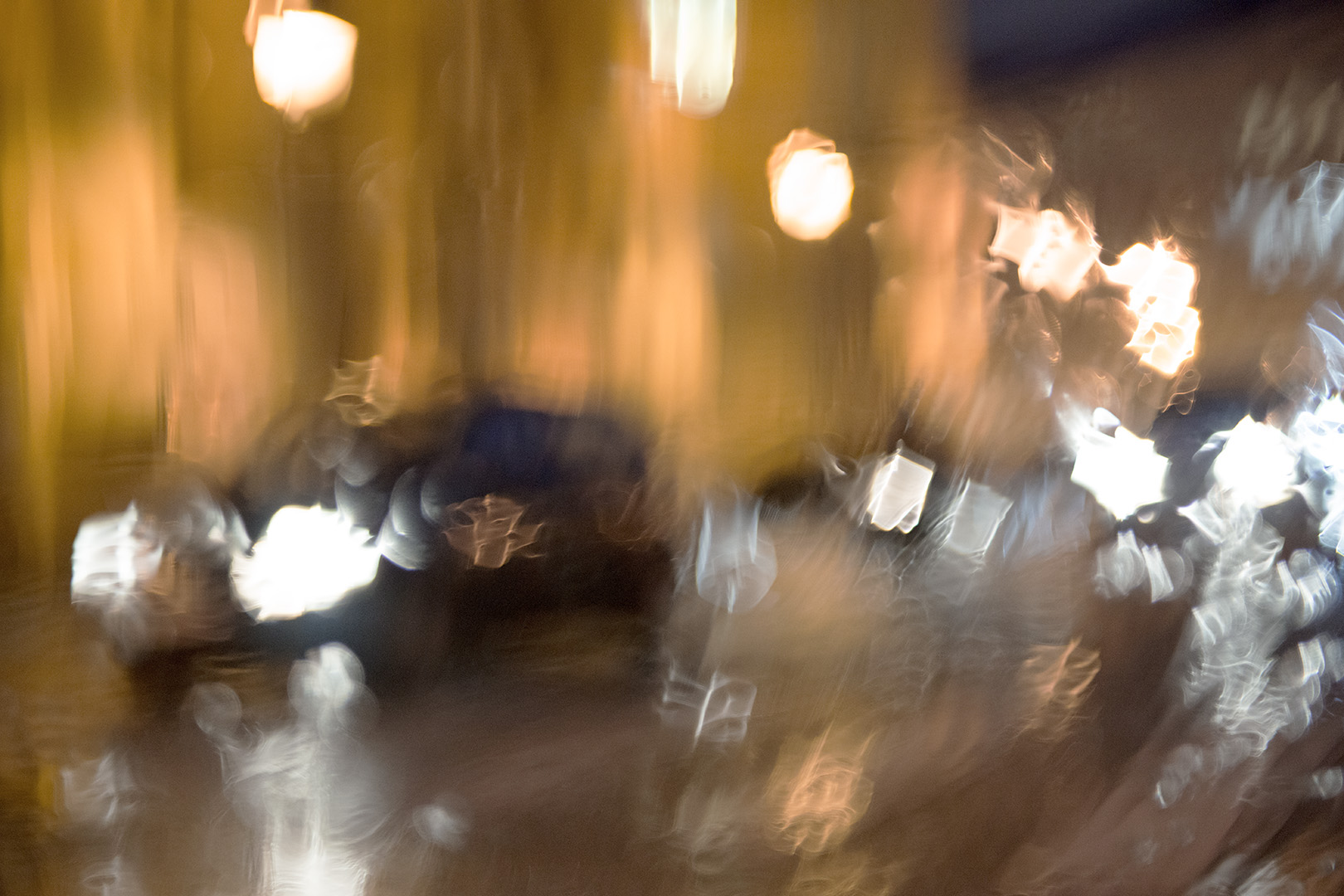 Photo proche de l'abstraction, de la peinture abstraite, symphonie de blanc et or, atmosphère des fêtes
