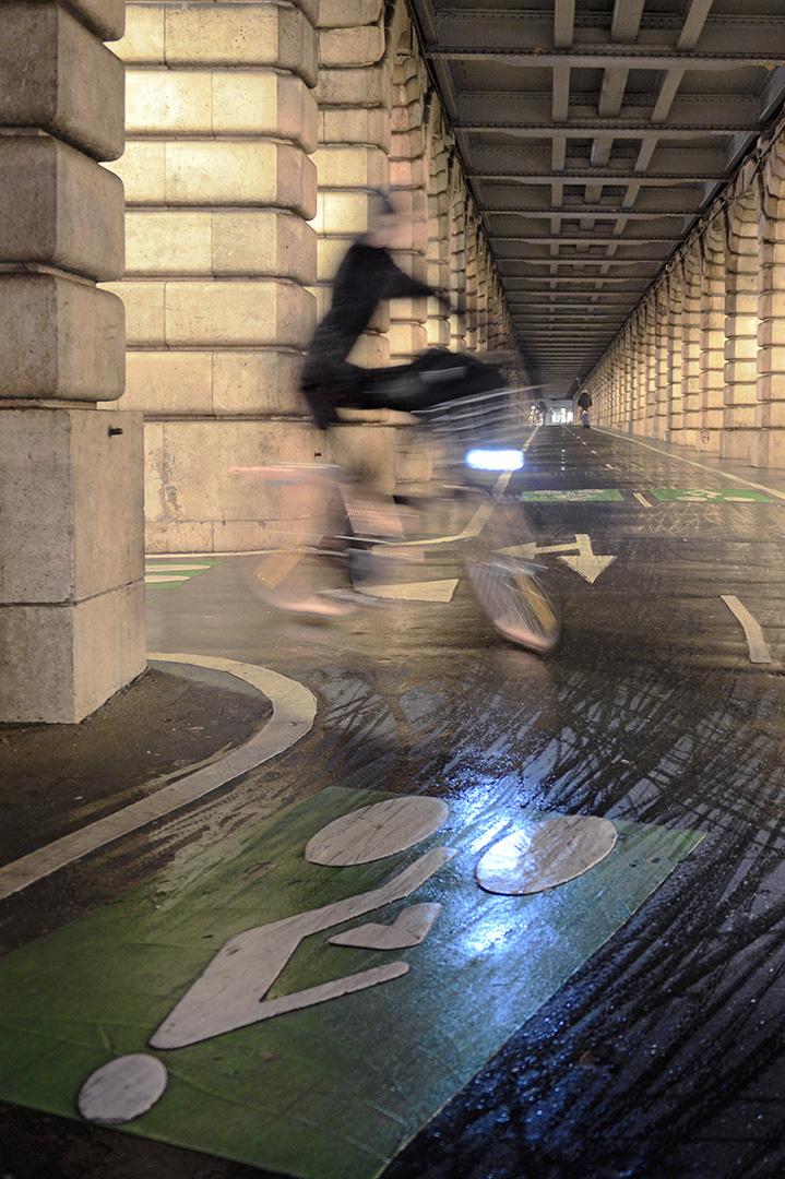 La théorie et la pratique : deux Velib', abstrait et concret, sur la piste cyclable, au tournant