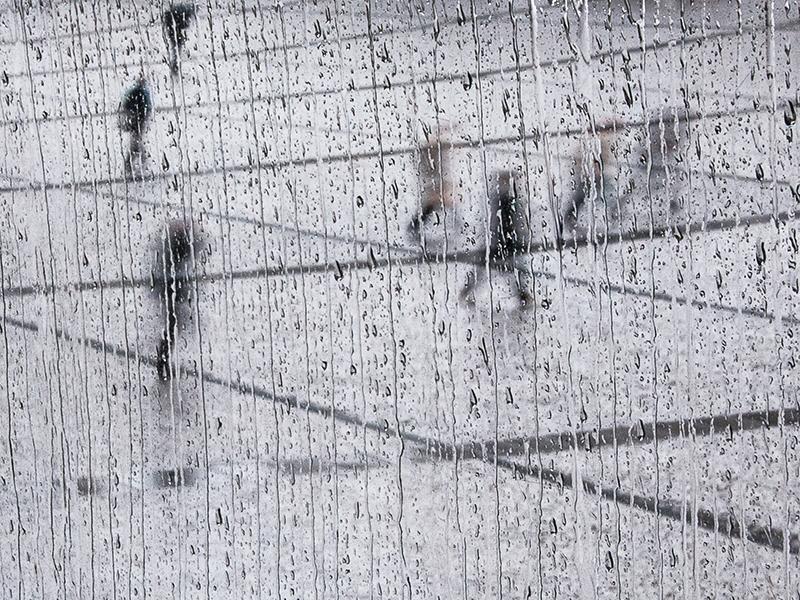 Quadrillage horizontal et pluie verticale à Beaubourg. Passants inégalement furtifs