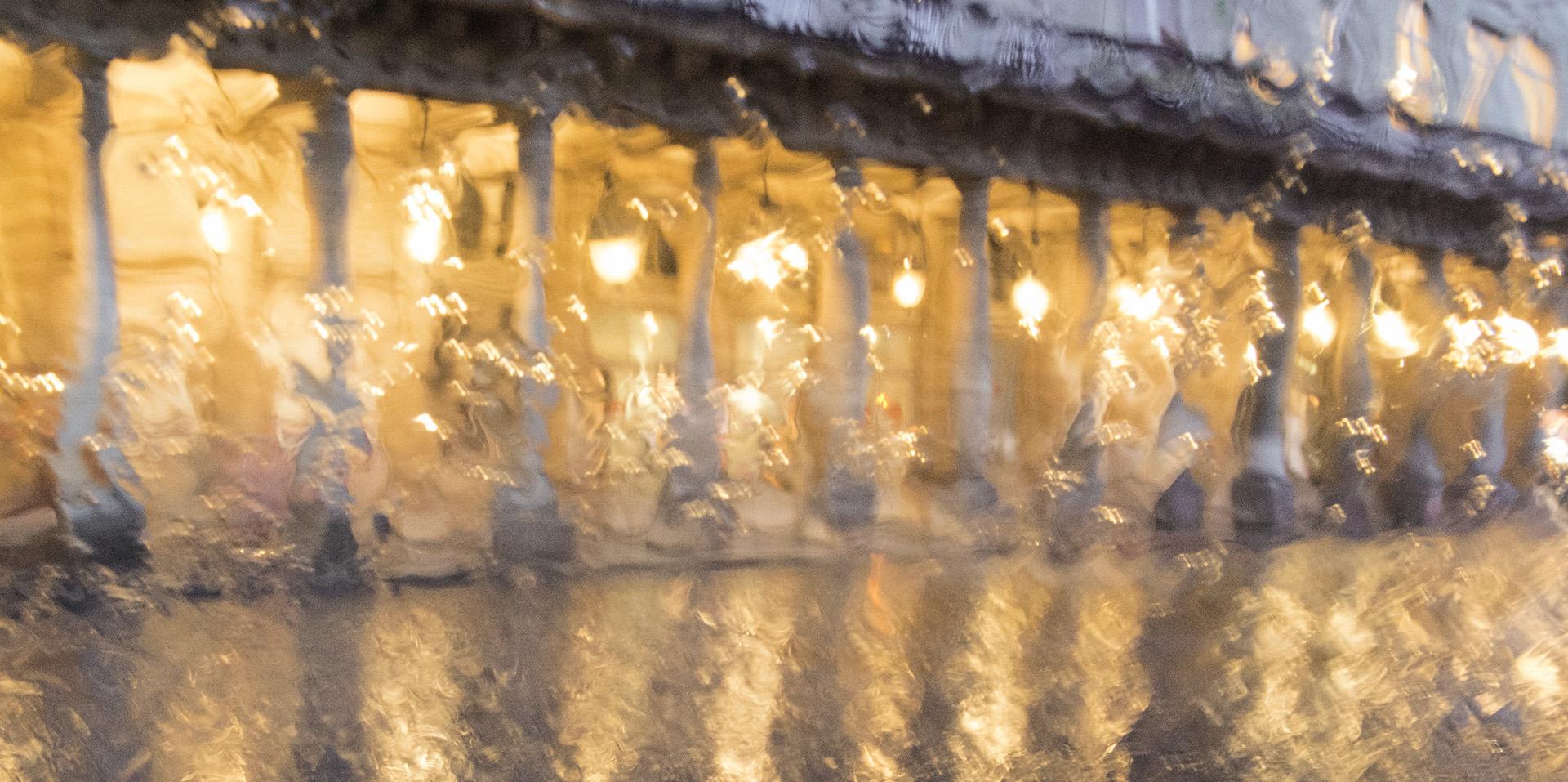 Les feux du théâtre sous la pluie, photo très graphique, le temple brillant de l'esprit français