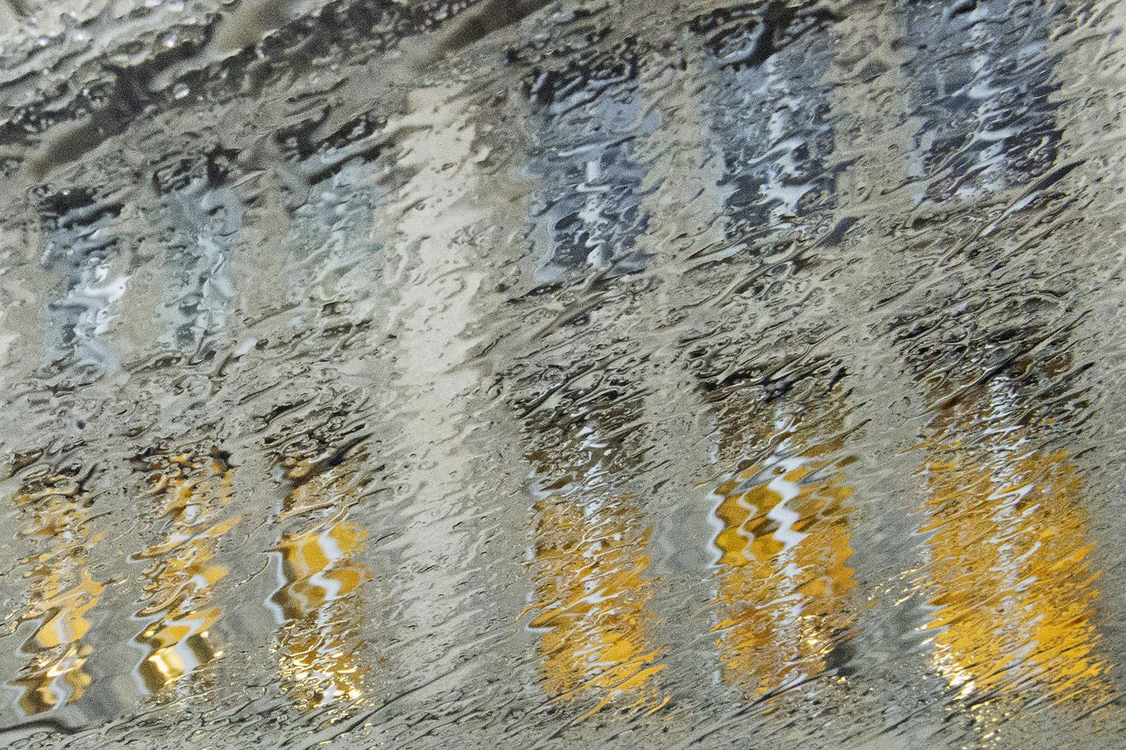Rain Painting de fenêtres éclairées, l'averse déforme les lignes de la façade de la Sorbonne.