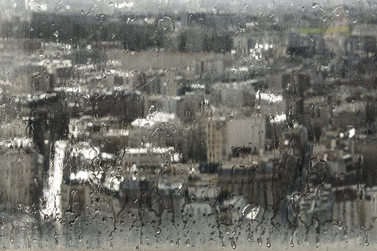 Photo impressionniste, Butte-aux-Cailles vue du ciel, toits de paris sous la pluie, buée sur la vitre
