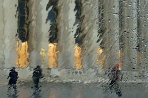 Au Trocadéro, deux poursuivants et un jeune homme en cavale sous la pluie : les Dupondt et Tintin